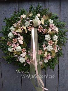 Nonza ajtódíszek - NONZA Virágdekoráció Wreaths, Spring, Home Decor, Decoration Home, Door Wreaths, Room Decor, Deco Mesh Wreaths, Home Interior Design, Floral Arrangements