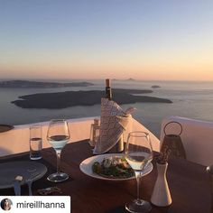 Dinner with the best view! Outdoor Furniture, Outdoor Decor, Eating Well, Nice View, Santorini, Sun Lounger, Italy, Drink, Dinner