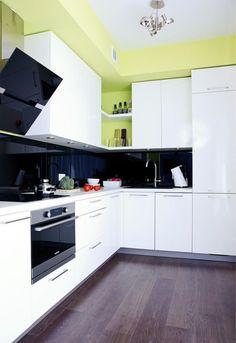 farbgestaltung weiße küche wandfarbe grün schwarzer glas spritzschutz