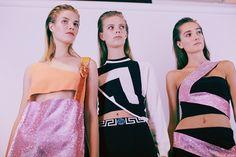 Suvi Koponen (Next), Lexi Boling (Milán especial), Josephine Le Tutour (Elite) entre bastidores en el TC 15 Versace Fotografía Lea Colombo