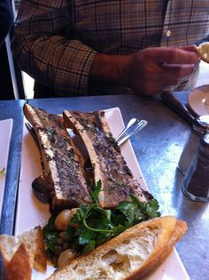 Papa Bistrot Bone marrow, this might be my favorite food in the whole world.Bone marrow, this might be my favorite food in the whole world. Beef Recipes, Real Food Recipes, Cooking Recipes, Healthy Recipes, Carne Asada, Marrow Recipe, Roasted Bone Marrow, My Favorite Food, Favorite Recipes