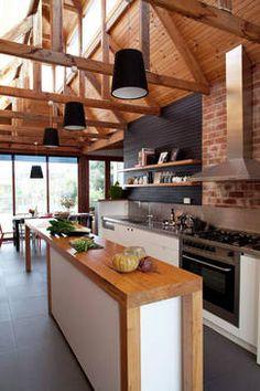 Kuchnia z salonem w drewnianym domu
