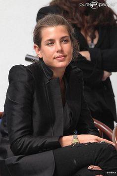 Un jean noir troué+une belle veste noire