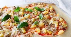 Tortillapizza on superhelppo tehdä! Valmiiden tortilloiden päälle kootaan pizza tonnikalasta ja ananaksesta. Valmistelut käyvät nopeasti, mutta täytteet kannattaa levittää reunoille asti, sillä ohut pohja tummuu herkästi uunissa. Koti, Hawaiian Pizza