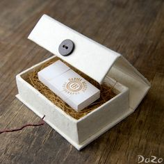 Vintage White Flash Drive Handmade Cream Box by DaZoPackaging Album Design, Box Design, Usb Packaging, Clever Packaging, Usb Box, Cotton Box, Creative Box, Photo Packages, Photography Packaging