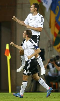 Miroslav Klose, Philipp Lahm // Euro It trips me out that Klose looks so normal and he's not even on the ground! Good Soccer Players, Football Players, Germany Football Team, Philipp Lahm, Euro 2012, Fc Bayern Munich, Good Old Times, Stars Then And Now, Fifa