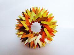 Ça fait maintenant un petit moment que les origamis (ou l'art ancestral du pliage de papier) font leur bonhomme de chemin dans les sphères arty. Après troi