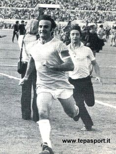 1974 S.S. Lazio Campione d'Italia ... Giuseppe Wilson tenta di sfuggire alla festosa invasione di campo dei tifosi ... C'ero anch'io... http://www.tepasport.it/   Made in Italy dal 1952