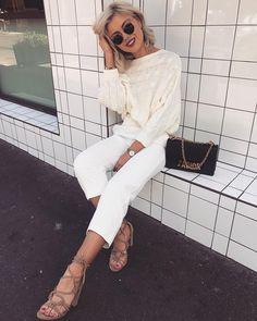 "14.7 mil Me gusta, 58 comentarios - Laura Jade Stone (@laurajadestone) en Instagram: ""Just taking a break ✨☕️ Wearing the comfiest heels by @showpo #showpoxbillini #showpoambassador"""