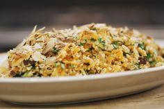 Deze eenvoudige salade zal onze vegetarische vrienden wellicht plezieren, maar ze is ook perfect geschikt om te serveren bij een stukje gegrild vlees of gebakken vis. De couscous zorgt voor een zachte textuur, de kruiden maken de salade fris en met amandelschilfers erbij is er ook wat