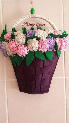 Keçe kapı süsü Felt Flowers, Diy Flowers, Paper Flowers, Felt Diy, Felt Crafts, Paper Crafts, Easy Diy Crafts, Diy Craft Projects, Felt Wall Hanging