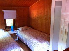 Habitación en la planta superior del bungalow tipo Torre, para dos personas, del Camping Playa de la Franca (Asturias)