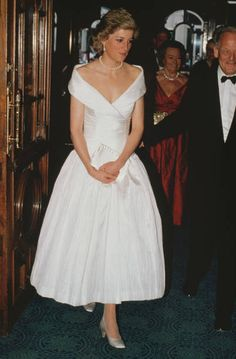 2,394 Princess Diana White Photos and Premium High Res Pictures Princess Diana Dresses, Princess Diana Fashion, Princess Diana Pictures, Princes Diana, Diana Spencer, Kate Middleton, Celebrity Casual Outfits, Classic Outfits, Bridal Dresses