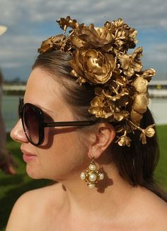 With the Australian spring racing season upon us, and in a bizarre duality, Halloween approaching too, I thought I'd share a recent DIY project I completed recently: the Lady Melbourne super-speshul gold flower crown. Gold Headpiece, Flower Headpiece, Headdress, Diy Flower Crown, Diy Crown, Dance Hairstyles, Diy Hairstyles, Gold Flowers, Flowers In Hair