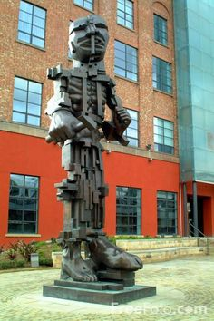 Picture of 7m high bronze sculpture Vulcan by Sir Eduardo Paolozzi, Central Square, Newcastle Upon Tyne - Free Pictures - FreeFoto.com