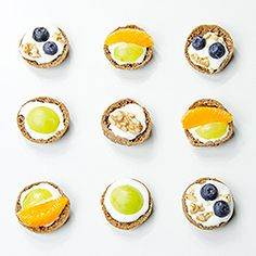 Ruisnappi (Finnish snack bread) with goat cheese cream and fruits (recipe in Spanish and English) Finnish Recipes, Fruit Recipes, Goat Cheese, Food Art, Goats, Panna Cotta, Muffin, Bread, Snacks