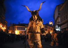 """""""Mascarada ibérica"""" muestra el carnaval de montaña del noroeste peninsular.  18 ene  Los personajes del carnaval más ancestral de las zonas de montaña, entre los mejor conservados del noroeste peninsular y del norte de Portugal, han compartido ritos ancestrales en la primera 'Mascarada ibérica' celebrada este fin de semana en la zona oriental de Ourense."""