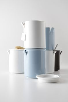 peel has three points. can be capped while put a spoon, can put temporarily tea pack to cover, can stacking beautifuly