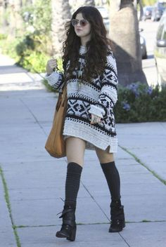 Selena Gomez sure knows how to rock an overdosed sweater. So wanting to wear it!