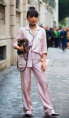Pink dominated street style in This baby pink pyjama suit is seriously chic. Street Style 2017, Street Look, Street Chic, Street Style Outfits, Milan Men's Fashion Week, Street Fashion, Fashion Trends, Fashion Styles, Asian Fashion