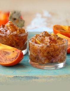 Pour 2 pots de chutney :  - 7 kakis - 1 yaourt - 1 oignon - 50g de pignons de pin - 1 cuillère à soupe vinaigre de Xéres - 1 cuillère à soupe de miel - Quelques feuilles de menthe - 1 cuillère à soupe de graines de sésame