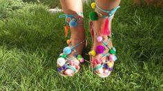 Sandalias de esparto con pompones de colores.
