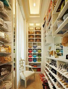 Ideal Eine typische Eigenschaft einer Boutique ist die sch ne attraktive Kleidung die zur Schau gestellt ist Begehbarer Kleiderschrank planen Ordnungssysteme