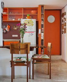 Com armários de formica colorida, espaços integrados e muita luz natural, esse apê traz muitas inspirações de decoração.
