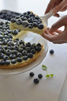tart with blueberries and white chocolate mousse Sweet Recipes, Cake Recipes, White Chocolate Mousse, Food Cakes, Pavlova, Cake Cookies, Blueberry, Waffles, Good Food