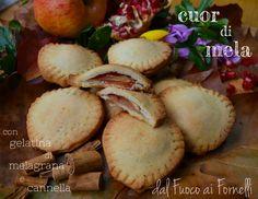 Chi vuole un biscottino?? :) Oggi vi suggerisco come preparare dei genuini biscotti cuor di mela con gelatina di melograno e cannella. Gnammi!!! :)