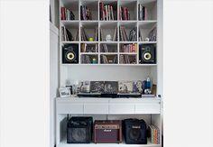 Os nichos da estante foram pensados um a um e têm espaço sob medida para as caixas de som e os dois tipos de discos: os de vinil de 12 polegadas e os compactos. Projeto da designer de interiores Marina Teixeira, do escritório CM2T
