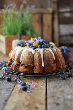 Gugelhupf mit Blaubeeren und Pfirsichen - Bundt Cake with blueberries and peaches | Das Knusperstübchen