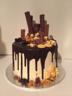 Chocolate Mud Cake with Caramel Buttercream. Dark chocolate drizzle with chocolate and caramel goodies on top cake Chocolate Drizzle Cake, Chocolate Bar Cakes, Chocolate Topping, Drippy Cakes, Cake Hacks, New Year's Cake, Caramel Buttercream, Pecan Cake, Gateaux Cake