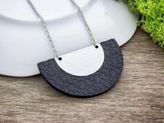 Fekete és ezüst félkör plexi medál nyakláncon