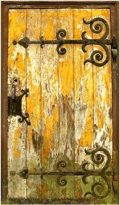 Nice hinges. Ornamentos de uma porta em ferro forjado.