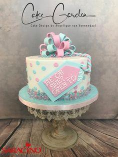 by Cake Garden Houten Gender Party, Baby Gender Reveal Party, Gateau Baby Shower, Baby Shower Cakes, Gender Revel Cake, Fondant Cakes, Cupcake Cakes, Baby Reveal Cakes, Gender Reveal Party Decorations
