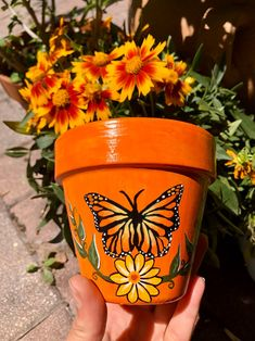 Flower Pot Art, Clay Flower Pots, Flower Pot Crafts, Bee On Flower, Clay Pot Crafts, Clay Pots, Fun Crafts, Painted Plant Pots, Painted Flower Pots