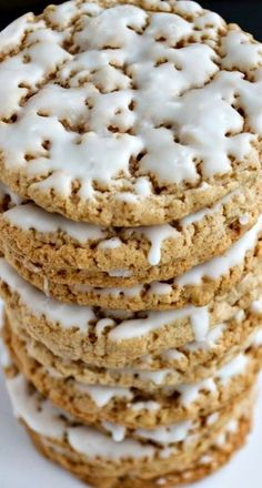 Old-Fashioned Iced Oatmeal Cookies ~ These ' Iced Oatmeal Cookies are so much better than store-bought. They are soft with crispy edges, sweet, but not overly so, and the cinnamon and nutmeg really shine. Cookie Desserts, Just Desserts, Delicious Desserts, Dessert Recipes, Yummy Food, Fall Cookie Recipes, Cookie Cakes, Oatmeal Cookie Recipes, Yummy Cookies