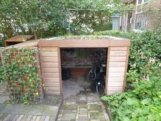 Ontwerp: by GroenserviceFietsenberging met sedumdak. Ontwerp: by Groenservice Outdoor Bike Storage, Bicycle Storage, Garden Tree House, Home And Garden, Craftsman Sheds, Garage Velo, Outside Sheds, Farmhouse Sheds, Bike Shelter