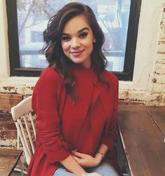 Hailee Steinfeld ♡ HAIZ ♡ (HΔIZ) Cute outfit for school with a lovely effortless loose waves for a simple modest and hotly look! The Hit Girls, Beautiful Celebrities, Beautiful People, Cute Outfits For School, Celebrity Hairstyles, Woman Crush, Look Cool, Girl Crushes, Short Hair Styles