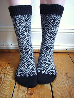 Listen to your Wanderlust pattern by Stephanie van der Linden, knit by Ravelry user Vanuata Crochet Socks, Knitted Slippers, Wool Socks, Slipper Socks, Knit Mittens, Knit Or Crochet, Knitting Socks, Baby Knitting, Knitting Machine