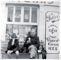 Daniel Day-Lewis as a kid with his father, Poet Laureate of The United Kingdom, Cecil Day-Lewis. Daniel is 26 years younger than his oldest brother. Nerd Boyfriend, Gangs Of New York, Daniel Day, Day Lewis, Eating Ice Cream, Movie Magazine, Hooray For Hollywood, Historical Pictures, Best Actor