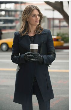 After being forbidden to work with Kate Beckett or the Precinct, Castle obtains a P. license and shows up unannounced at Beckett's crime scene, hoping to investigate alongside her as a private eye. But things don't go as Castle had planned. Kate Beckett, Castle Tv Series, Castle Tv Shows, Julie Andrews, Julia Roberts, Angelina Jolie, Audrey Hepburn, Marilyn Monroe, Castle Season 7