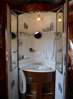 Orient Express washstand - it is from a train, I know - an idea for in a narrow boat. Orient Express Train, Simplon Orient Express, Train Tracks, Train Rides, Train Trip, Pullman Car, Pullman Train, Rail Car, Old Trains