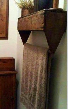 vecchio porta attrezzi in legno come porta asciugamani - An old wooden tool box makes an adorable towel holder in the bathroom. Bathroom Shelves For Towels, Towel Shelf, Bathroom Box, Towel Holder Bathroom, Towel Rod, Towel Holders, Bathroom Vanities, Bathroom Storage, Modern Bathroom