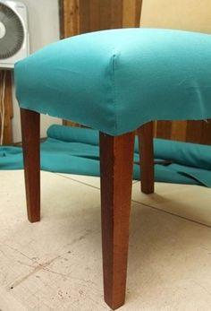 Fotos: Passo a passo: Aprenda a fazer uma capa para renovar sua cadeira - 16/06/2016 - UOL Universa Diy Sofa Cover, Couch Covers, Diy Chair, Sewing Projects For Beginners, Ottoman, Woodworking, House Design, Furniture, Home Decor