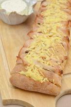 Heel erg lekker, een ciabatta brood gevuld met kipfilet, Boursin en verschillende groentes. Afgemaakt met een laagje kaas en pijnboompitten!