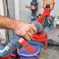 Utiliser un coupe-tube pour découper le PVC. Pac Piscine, Piscine Diy, Tube Pvc, Pool Houses, Drill, Home Appliances, Liner, Spas, Garden