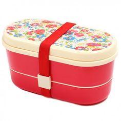 Jolie petite lunchbox comportant 3 compartiments et 2 couverts (fourchette et cuillère). Le tout est maintenu par un large élastique. En plastique sans BPA, ne passe pas au micro-ondes. Dimensions 17x9x8,5cm.