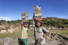 Τα παιδιά κάτω από το ελάχιστο όριο ηλικίας για πρόσληψη σε απασχόληση ή εργασία θα πρέπει να αποσυρθούν από την παιδική εργασία και να εξασφαλιστεί για αυτά η πρόσβαση στην εκπαίδευση. © Marcel Crozet / ILO
